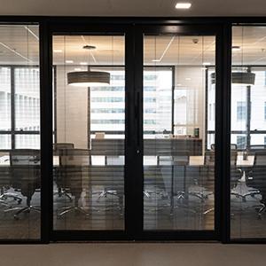 Divisórias de vidro duplo com persianas