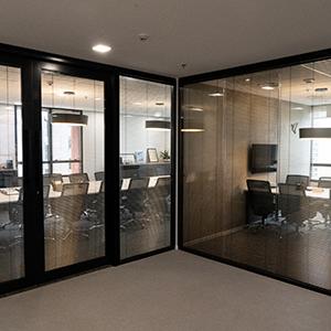Divisórias com persianas entre vidros